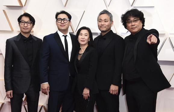 Bong Džun Ho i ekipa koja je radila na