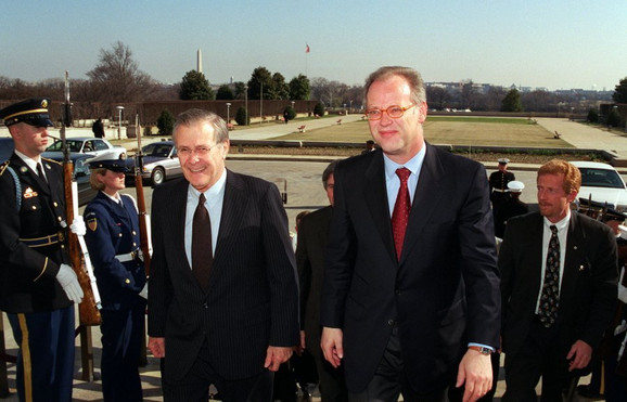Bivši ministri odbrane SADi Nemačke 2001. Donald Ramsfeld i Rudolf Šarping