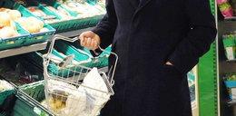 Premier z małym koszyczkiem w sklepie. Kryzys?