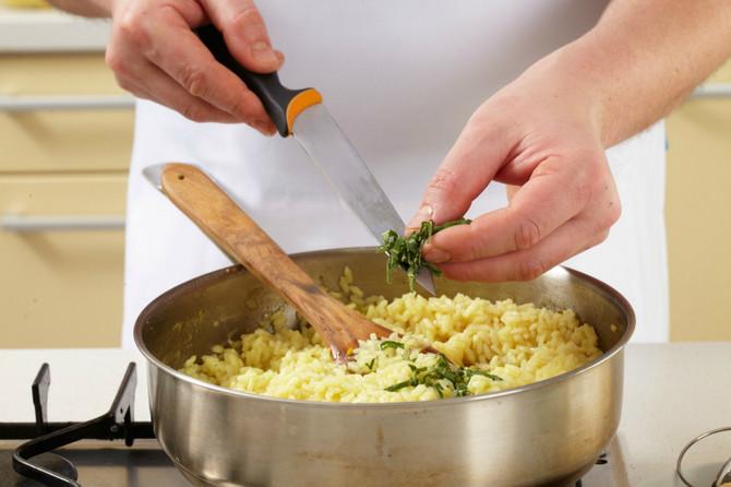 Pirinču pri podgrevanju treba dodati vodu kako bi povratio teksturu