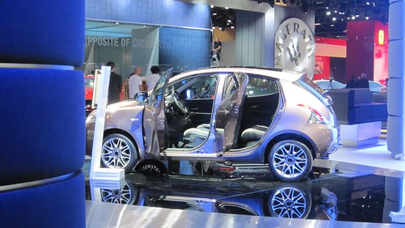 Dziennik.pl wybrał się na spacer po halach salonu we Frankfurcie, jeszcze przed dniami prasowymi. Wśród aut przykrytych plandekami na stoiskach udało się nam sfotografować nowe samochody, których produkcją zajmie się fabryka Fiata w Tychach. Przyłapaliśmy także wielką tajemnicę - nowy model, z którym koncern wiąże ogromne nadzieje, a który ma rywalizować z BMW czy Mercedesem…