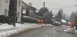 Tak służby miejskie odśnieżają  pod domem prezydenta Katowic