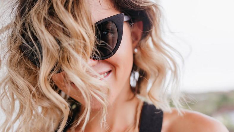 Szczęśliwa kobieta. Kręcone włosy