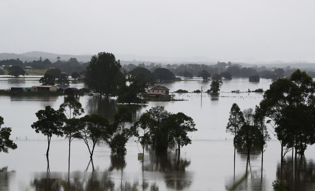 epa09089329 Floodwaters are seen near Kempsey , Northern NSW, Australia, 22 March 2021. Thousands of people have been evacuated on the NSW Mid-North Coast and western Sydney, as swollen rivers flood towns and torrential rain continues to lash much of the state's east coast. EPA/JASON O'BRIEN AUSTRALIA AND NEW ZEALAND OUT Dostawca: PAP/EPA.