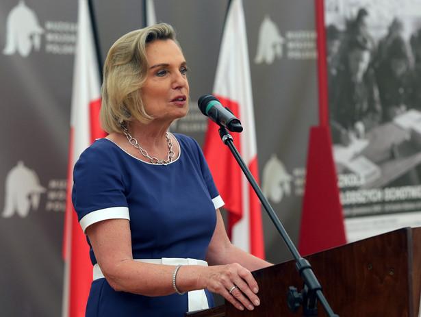 """Kandydatka PiS Anna Maria Anders, która ostatecznie mandat zdobyła, uczestniczyła wtedy w otwarciu w Archiwum Państwowym w Suwałkach wystawy """"Armia Skazańców"""", poświęconej jej ojcu - gen. Władysławowi Andersowi."""