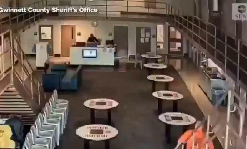 Strażnik więzienny zasłabł przy swoim biurku