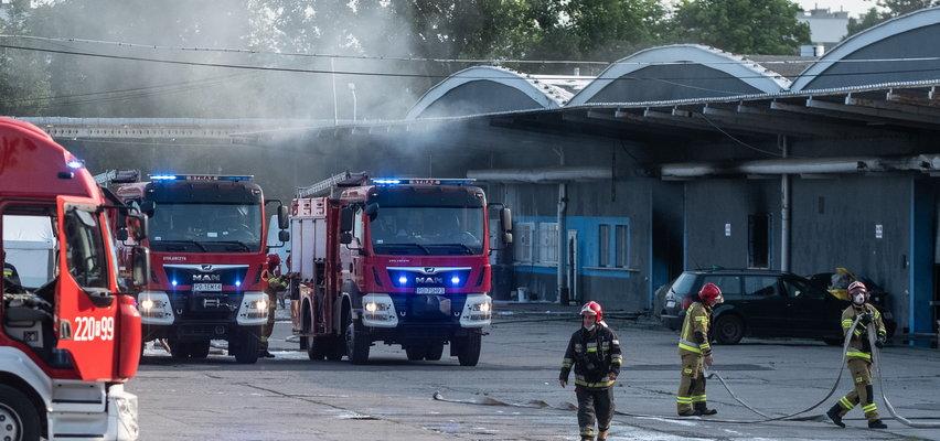 Pożar w hali firmy BROS. 23 zastępy walczą z ogniem. Władze apelują: nie otwierajcie okien