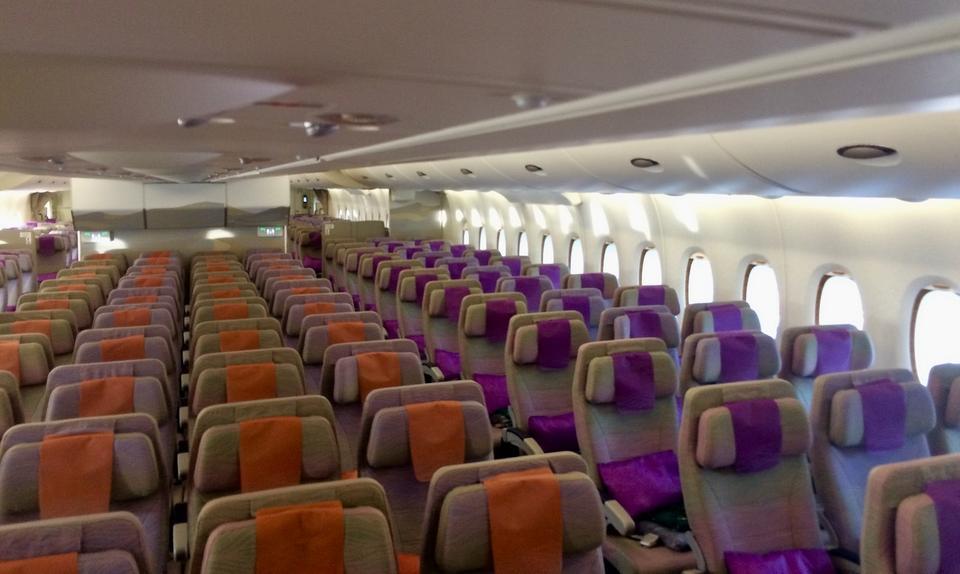 Na dolnym pokładzie jest 399 lub 427 miejsc w klasie ekonomicznej