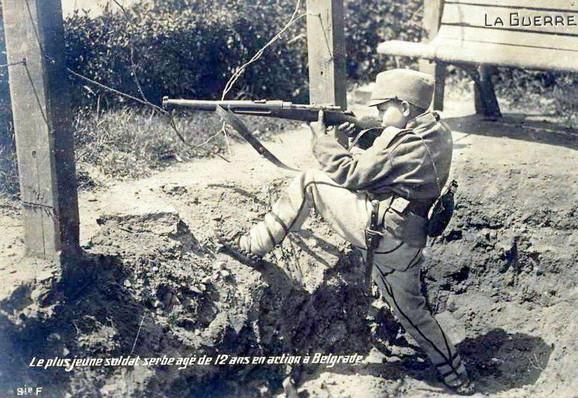 Dragoljub Jeličić, tokom odbrane Beograda, na fotografiji francuskog fotoreportera