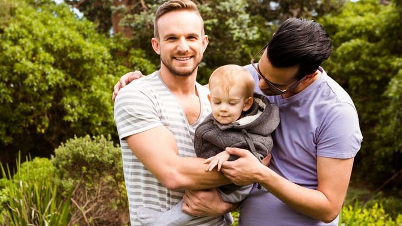 Rodzice jednopłciowi z dzieckiem