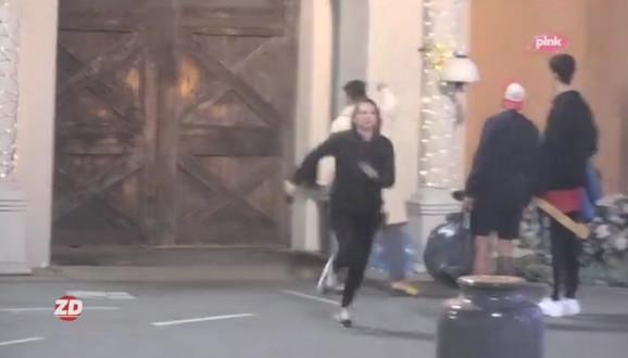 Natalija je udarala kamere, dok je Sani gađao kapiju flašama