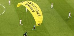 Protest przed meczem. Paralotniarz  runął na boisko w Monachium