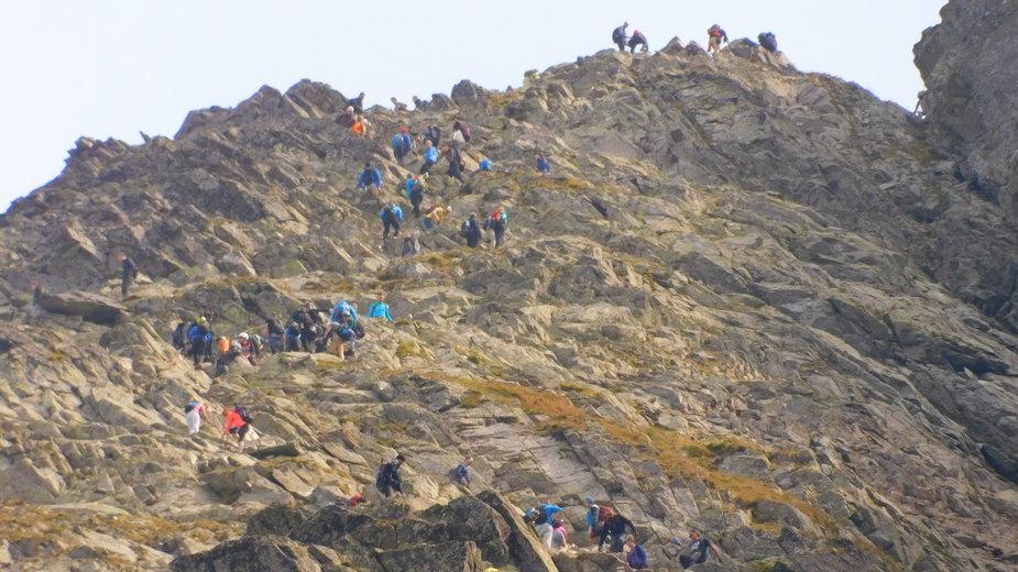 Tatry: wielka kolejka na Rysy. Tłum turystów chce zdobyć szczyt [WIDEO]