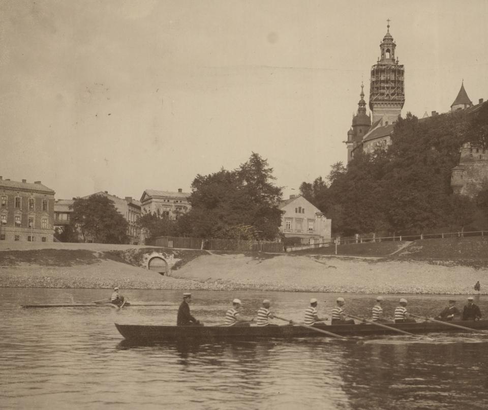 Wioślarze pływający po Wiśle na wysokości ul. Podzamcze ok.1895-1910 r.
