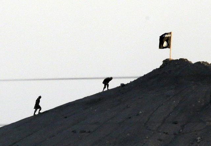 540968_from-the-outskirts-of-suruc-at-the-turkeysyria-border-militants-with-the-islamic-state-group-ap