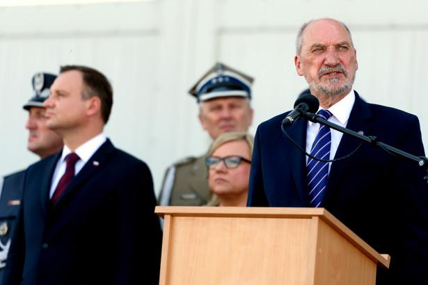 Poznań, Minister obrony Antoni Macierewicz i prezydent Andrzej Duda podczas uroczystego apelu