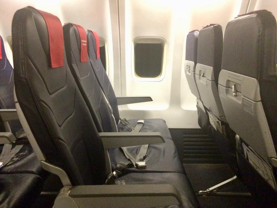 W Boeingach 737-800NG zainstalowano fotele typu slim. Nie mają one regulowanych zagłówków, są odchylane w niewielkim stopniu.