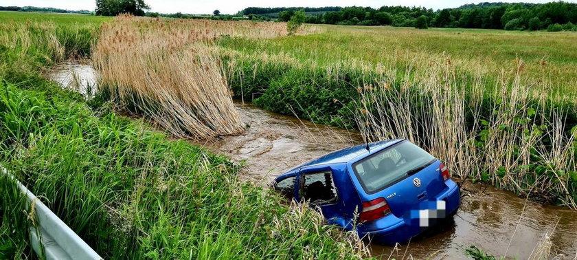 Samochód przeleciał kilkanaście metrów i wpadł do rzeki. Horror na Dolnym Śląsku