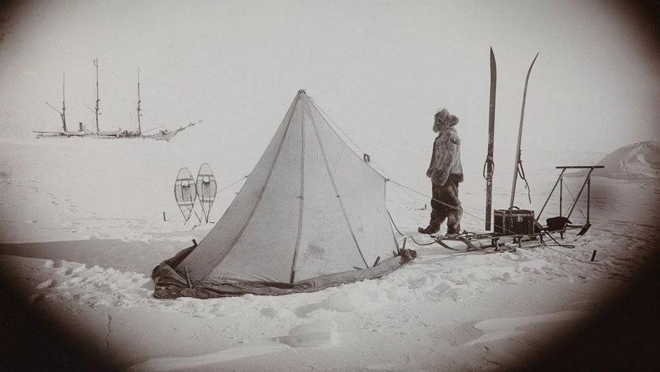 Obozowisko na paku lodowym (fot. FA Cook, domena publiczna)