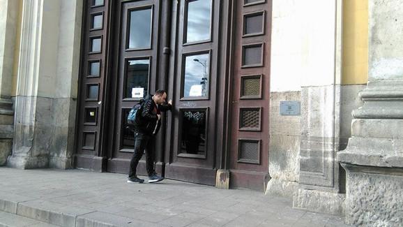 Glavni ulaz je zatvoren