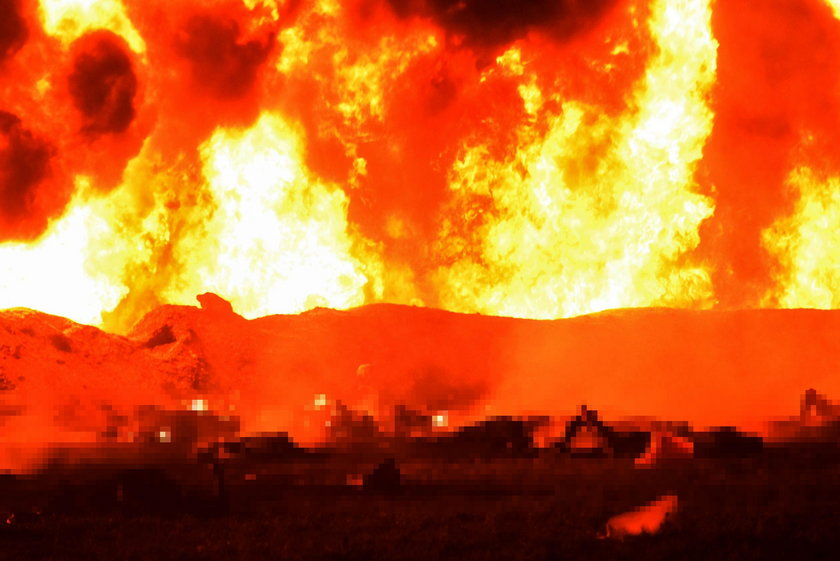 Informacja o wycieku z rurociągu zwabiła tamtejszych mieszkańców, którzy w ten sposób próbowali pozyskać cenne paliwo