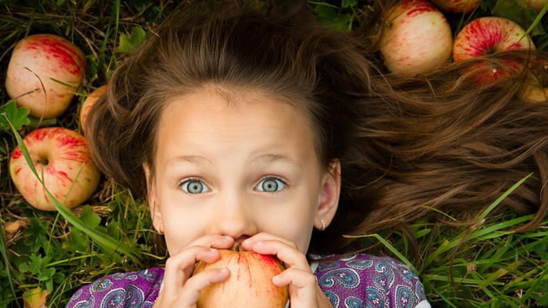 Dziewczynka je owoce