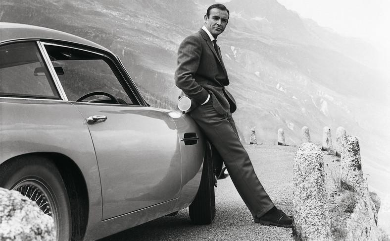 "Sean Connery i Aston Martin DB5 w filmie ""Goldfinger"""