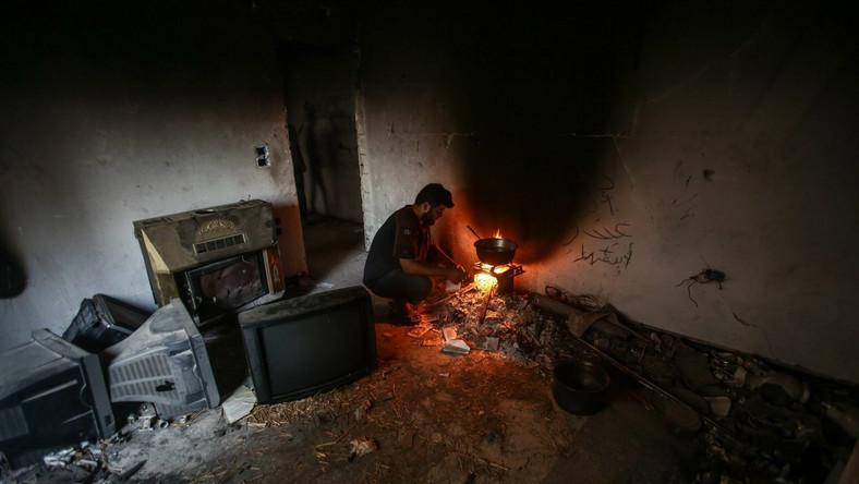 Stolica Syrii poprzecinana jest liniami frontu. Ukrywający się w ruinach mieszkańcy padają ofiarami bratobójczych walk. Dzielnica Jobar, którą odwiedził fotoreporter, w kwietniu 2013 roku stała się teatrem wyjątkowo brutalnych działań wojennych. Tutaj doszło do serii chemicznych ataków, prawdopodobnie przeprowadzonych przez siły wierne syryjskiemu rządowi. Nieznana jest dokładna liczba ofiar. Badania próbek pobranych na miejscu ataku i relacje lekarzy wskazują, że do ataku użyto sarinu, śmiercionośnego gazu. Damaszek jest wciąż wstrząsany walkami. Pewnym wytchnieniem staje się ramadan, święty miesiąc islamu...