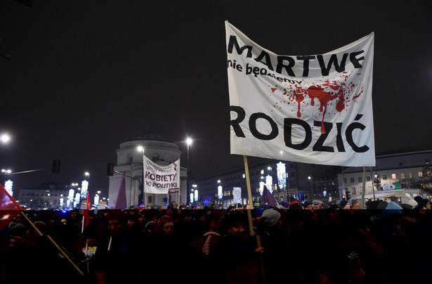 """Protestujący jeszcze przed rozpoczęciem marszu wyczytywali nazwiska posłów, którzy głosowali za odrzuceniem projektu """"Ratujmy Kobiety 2017"""". Po wyczytaniu każdego krzyczeli: """"Oddaj mandat""""."""