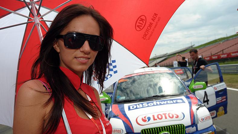 Na węgierskim torze Hungaroring z piskiem opon wystartowały Wyścigowe Samochodowe Mistrzostwa Polski. Pierwszym liderem Picanto Lotos Cup po wygraniu obu wyścigów, został Michał Kijanka. Zaś w cee'd Lotos Cup dwukrotnie zwyciężał Kamil Raczkowski.