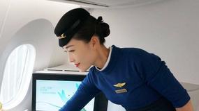 Na chińskim lotnisku stewardesa wypadła z samolotu