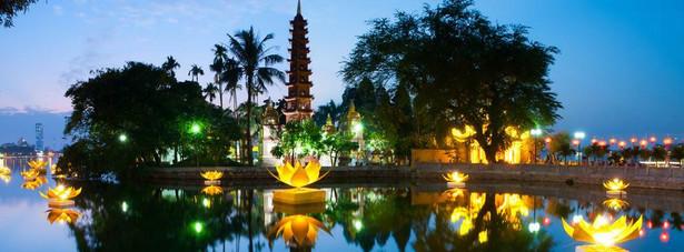 """Stolica Wietnamu postarzała się, zachowując swój urok — nadal istnieje tu Stara Dzielnica, zabytki i architektura kolonialna, a jednocześnie można znaleźć nowoczesne obiekty. Choć Hanoi nosiło już kilka różnych nazw, w tym Thang Long, czyli """"wzlatujący smok"""", nie zapomniano tu o przeszłości, którą można odnaleźć w takich miejscach, jak Mauzoleum Ho Chi Minha czy więzienie Hoa Lo. Jeziora, parki, cieniste bulwary i ponad 600 świątyń oraz pagód dodaje uroku miastu, które można łatwo zwiedzić taksówką - tak do podróży do Hanoi ca turystów portal TripAdvisor.."""
