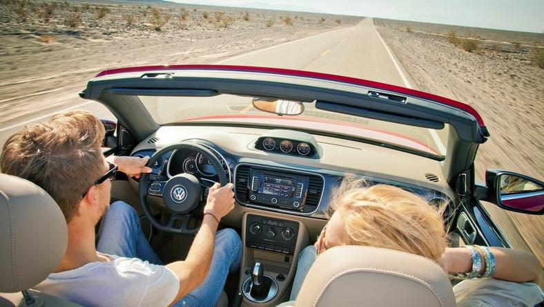 Tak wygląda nowy pomysł Volkswagena na jazdę z wiatrem we włosach. Otwieranie i zamykanie miękkiego dachu przebiega całkowicie automatycznie, trwa około dziesięciu sekund i może być wykonane podczas jazdy z prędkością do 50 km/h