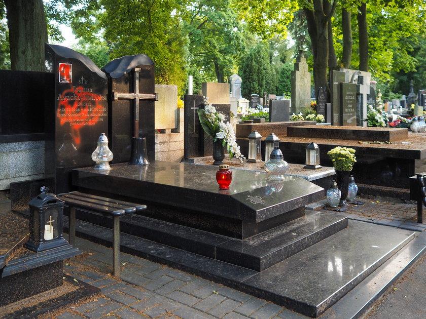 Zniszczony grób mecenas Joanny Agackiej-Indeckiej w Łodzi