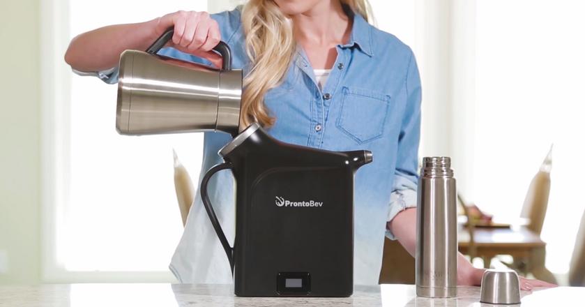 To urządzenie błyskawicznie schłodzi każdy napój