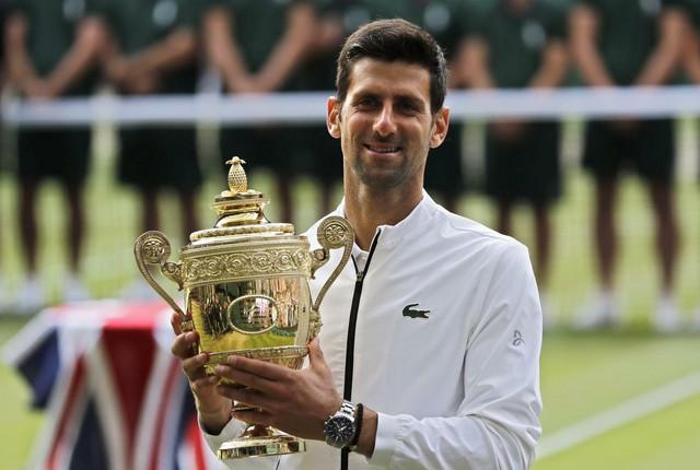Novak Đoković sa trofejom koji je osvojio 2019. godina pobedom nad Rodžerom Federerom
