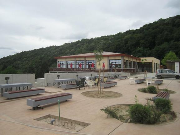 Samo u oktobru i novembru na seminarima koji su otkazani u Petnici trebalo je da boravi oko 600 učenika. Prazan je i prostor ispred Istraživačke stanice, koji je nedavno vrveo od mladih.