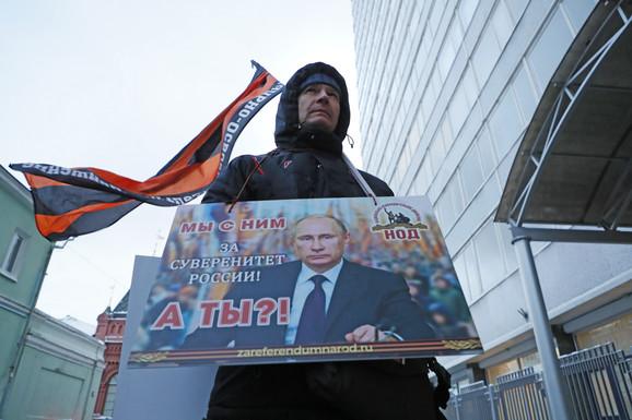 Putinove pristalice u Moskvi u januaru