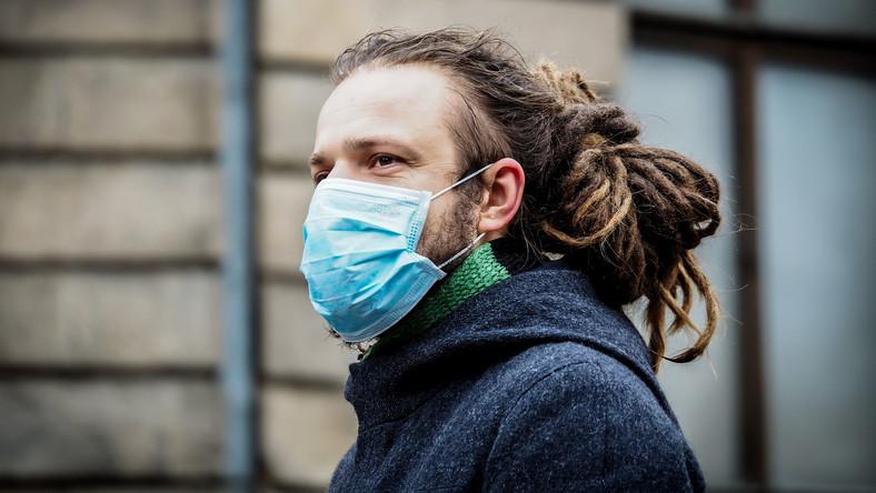 Koronawirus: mężczyzna w maseczce