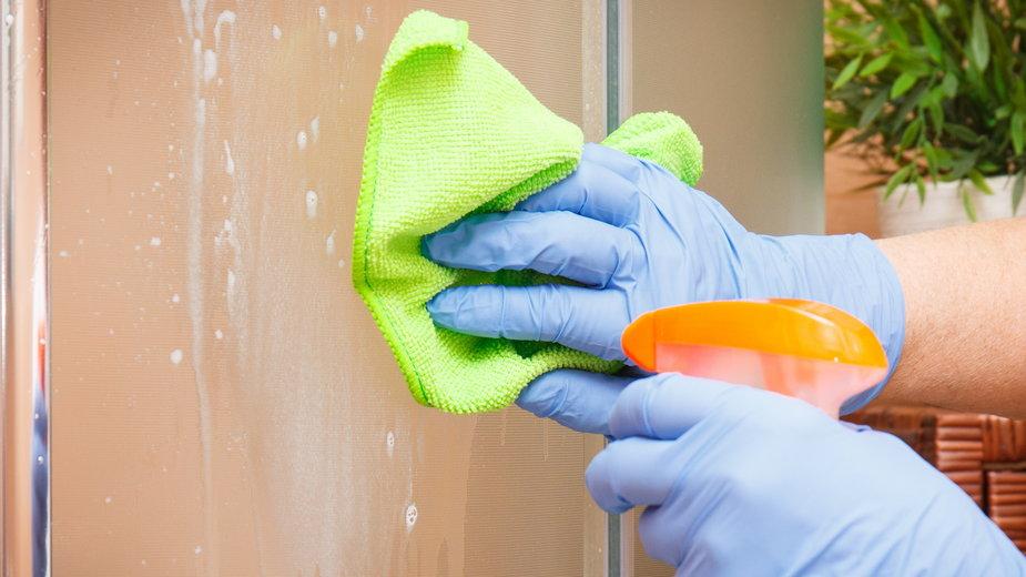 Kamień z kabiny prysznicowej można usunąć domowymi sposobami