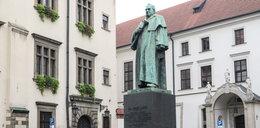 Kraków. Niszczeje pomnik prezydenta pod magistratem