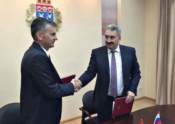 Milan Stamatović i Leonid Čerkesov posle potpisivanja protokola o saradnji