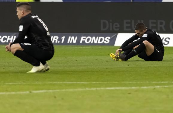 Luka Jović i Mijat Gaćinović na travi posle poraza