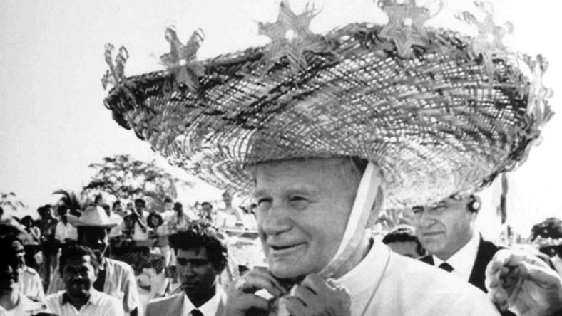"""Papież zapraszał do swojej letniej rezydencji w Castel Gandolfo intelektualistów. Prowadzili długie dyskusje. Bywał tam także Leszek Kołakowski. Kiedyś przypomniano, że Kołakowski w młodości był marksistą i walczył z Kościołem. """"Z chęcią wtrącę go do lochów Watykanu, żebym miałz kim prowadzić wieczorne dysputy"""" - odparł Jan Paweł II. (źródło: """"Kwiatki Jana Pawła II"""", wyb. i opr. J. Poniewierski, Kraków 2005)"""