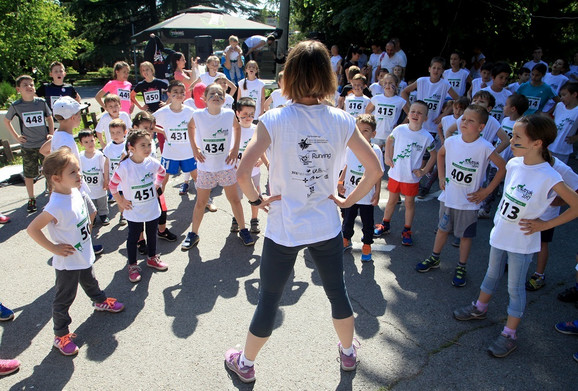 Mališani se zagrevaju pred trčanje