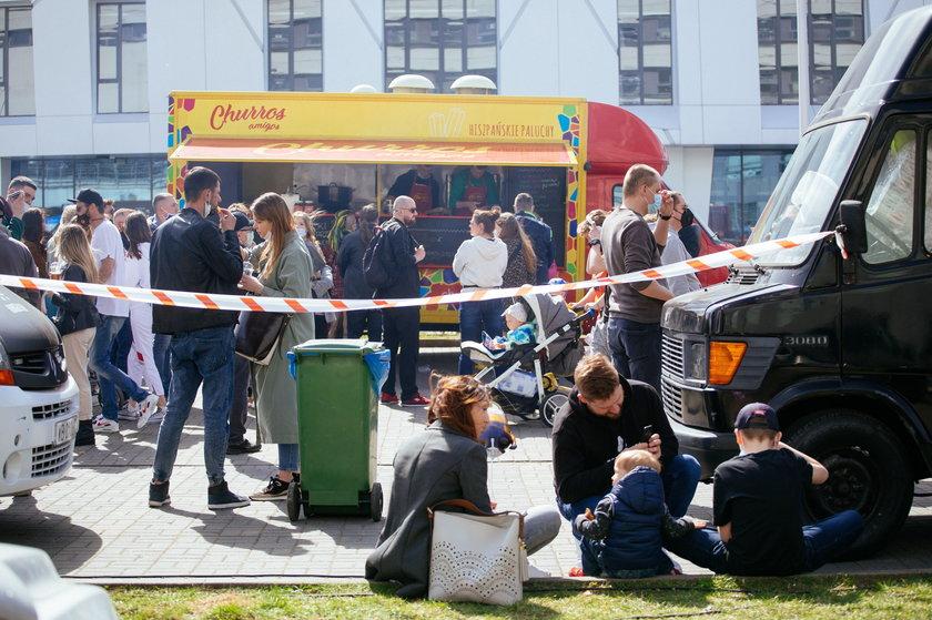 Warszawa. Tłumy na zlocie foodtrucków. Nie przestrzegano obostrzeń