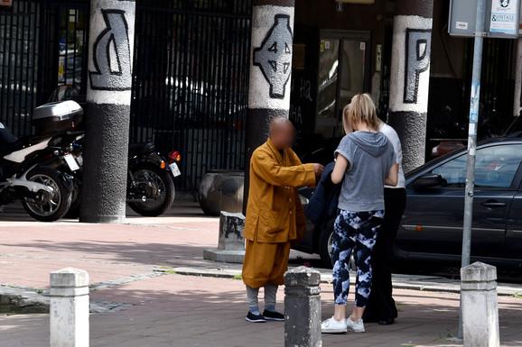 Lažni budistički monah izvodi ritual