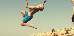 Niemiecki piłkarz skoczył z klifu! WIDEO