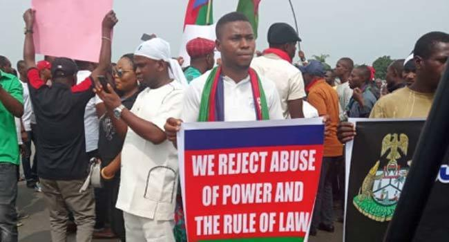 Onnoghen: Ijaw Youths reportedly block East-West road, cause traffic gridlock