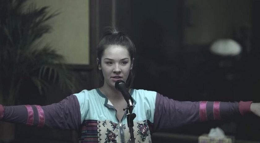 Karolina Czarnecka w teledysku do piosenki Hera Koka Hasz LSD